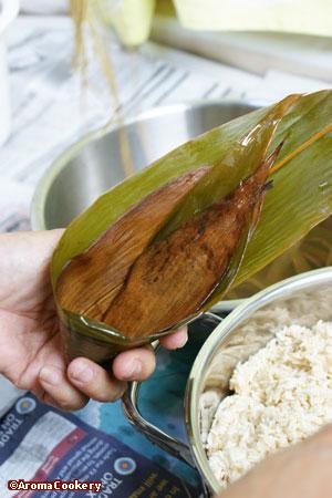 Fold bamboo leaf into cone.