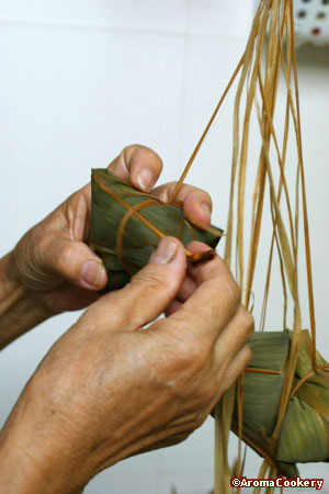 Tie the dumpling tightly with hemp.