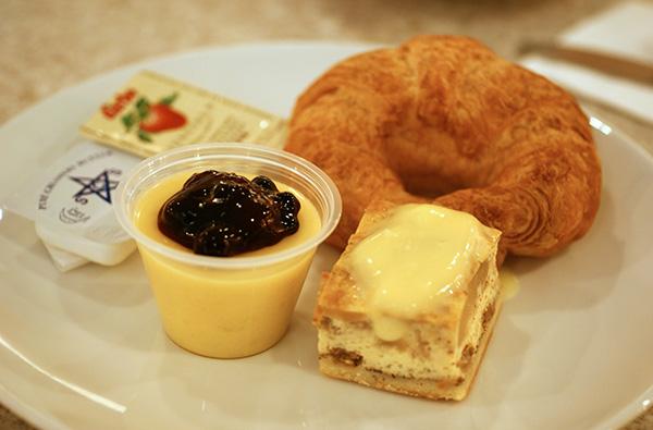 Crossiant, apple pie, & mango pudding