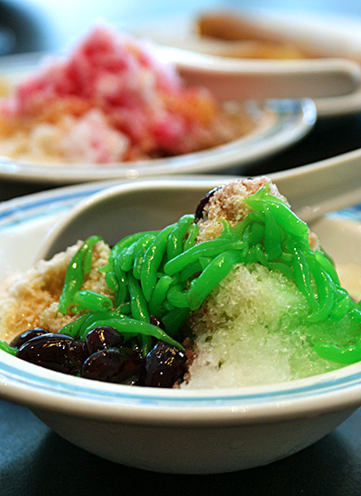 Penang cendol & ice kachang (background)